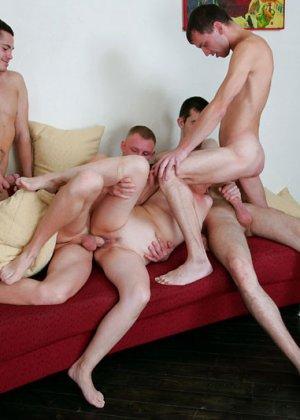 Пожилая шалава и четыре парня - фото 9