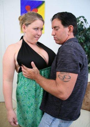 Кончил на жирный живот женщины - фото 1