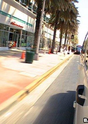Познакомился с девушкой на улице и тут же выебал в своем микроавтобусе - фото 4