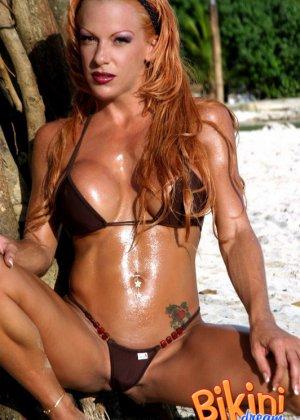 Рыжая женщина в сексуальном бикини - фото 9