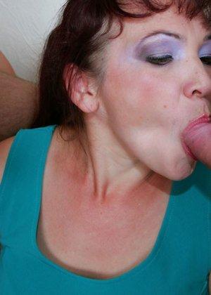 Групповой анальный секс со зрелой - фото 11