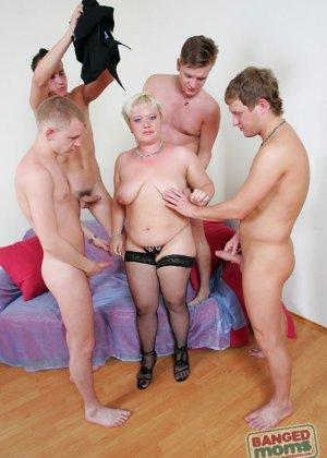 Парни по очереди дают в рот пожилой, пухлой блондинке - фото 3