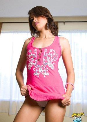 Азиатка показывает голую плоскую грудь - фото 12
