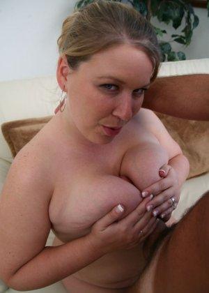 Кончил на жирный живот женщины - фото 9