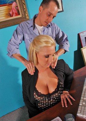 Начальница вызвала подчиненного для массажа и потрахаться - фото 3