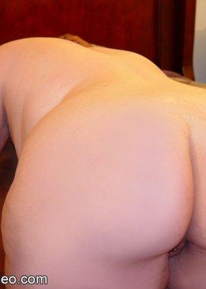 Толстая рыжая блядь и два черных хуя в ее рту - фото 12