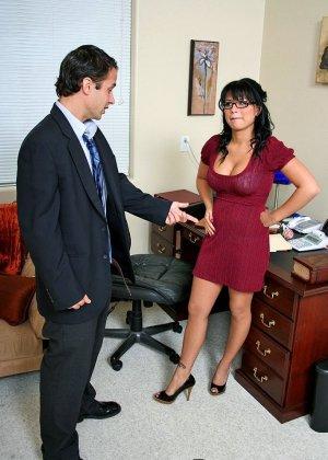 Секс со зрелой брюнеткой на работе - фото 7
