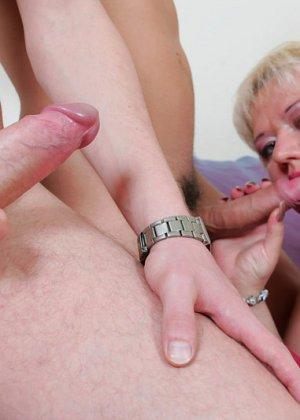 Парни по очереди дают в рот пожилой, пухлой блондинке - фото 4