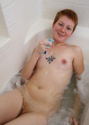 Голая баба с рыжей пиздой принимает ванну - фото 8