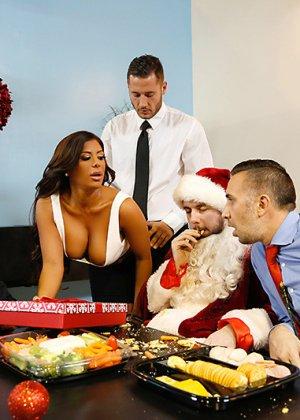 Групповой секс на новогоднем корпоративе - фото 5