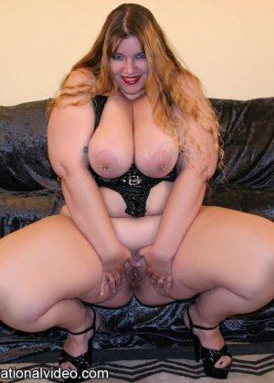 Толстая рыжая блядь и два черных хуя в ее рту - фото 15