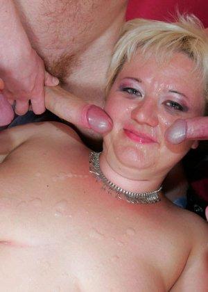 Толстая пожилая блондинка пососала и поебалась со всеми - фото 15