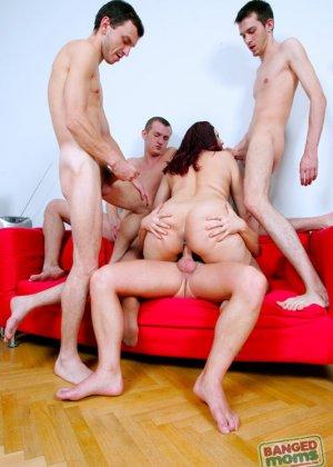 Пожилая дама занимается сексом с толпой молодых парней - фото 15