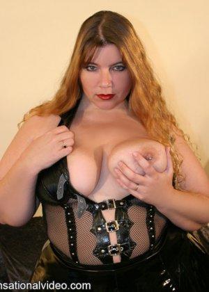 Толстая рыжая блядь и два черных хуя в ее рту - фото 7