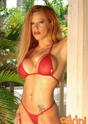Рыжая блядь в красном бикини - фото 5