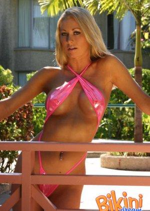 Сисястая блондинка в розовом мини бикини - фото 1