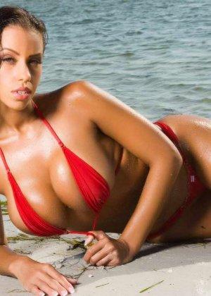 Девушка на пляже в красном бикини - фото 7