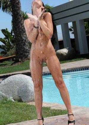 Женщины в купальнике и обнаженная - фото 11