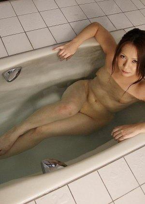 Обнаженная азиатка сосет мелкий хуй в душе - фото 7