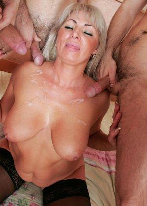 Групповой секс с красивой пожилой женщиной - фото 16
