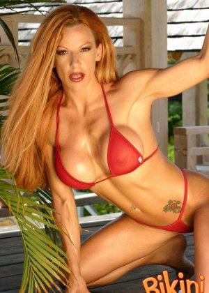 Рыжая блядь в красном бикини - фото 3
