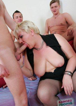 Парни по очереди дают в рот пожилой, пухлой блондинке - фото 12