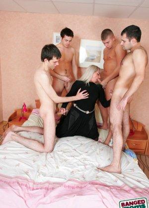 Групповой секс с красивой пожилой женщиной - фото 5