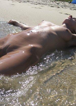 Голые гуляют по пляжу - фото 7