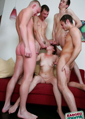 Групповой анальный секс со зрелой - фото 16
