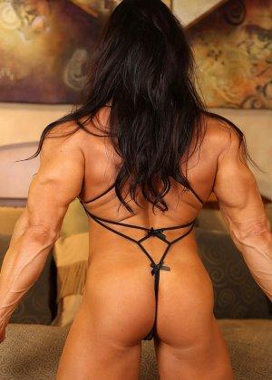 Накаченная женщина в бикини - фото 7