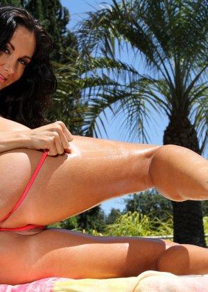 Секс фото с грудастой женщиной в бикини - фото 11