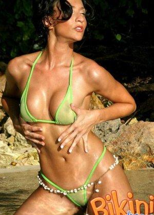 Брюнетка в прозрачном зеленом бикини - фото 10