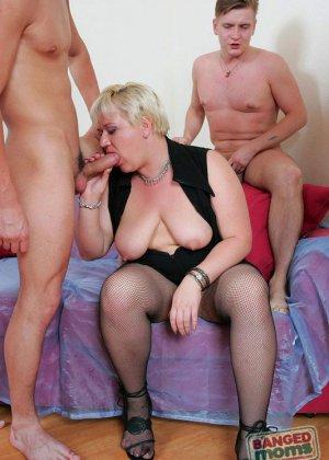 Толстая пожилая блондинка пососала и поебалась со всеми - фото 3