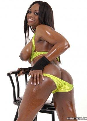 Негритянка показывает красивую жопу - фото 8