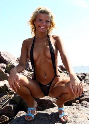 Почти голая в мини бикини - фото 2