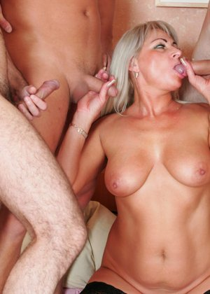 Групповой секс с красивой пожилой женщиной - фото 15