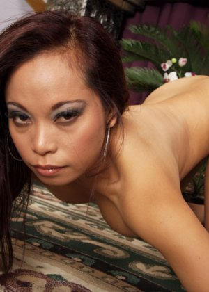 Трахает сисястую азиатку - фото 10