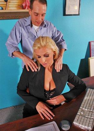 Начальница вызвала подчиненного для массажа и потрахаться - фото 2