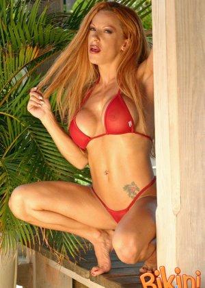 Рыжая блядь в красном бикини - фото 8