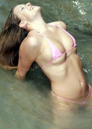 Сексуальная девушка в розовом бикини - фото 8
