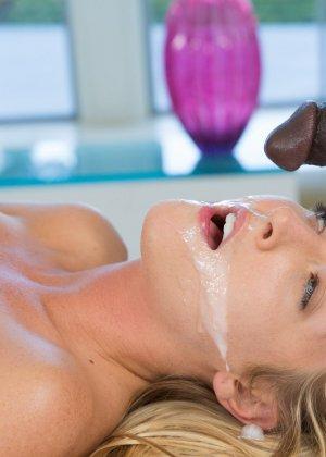 Эротичная массажистка развлекает негра - фото 15