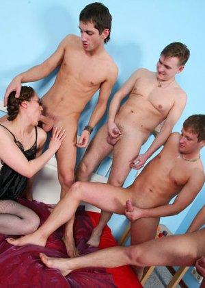 Секс пожилой женщины с четырьмя молодыми парнями - фото 11