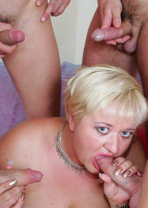 Парни по очереди дают в рот пожилой, пухлой блондинке - фото 8