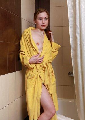 Голая пизда милой девушки в желтом халате - фото 2