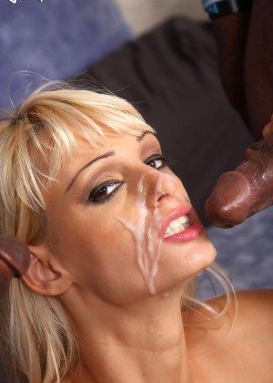 Негры с большими членами напоили спермой блондинку - фото 17