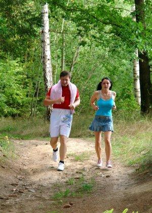 Молодую блядь трахают в жопу после пробежки в лесу - фото 1