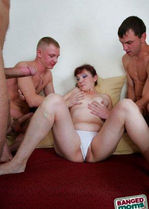 Пожилая шалава и четыре парня - фото 5