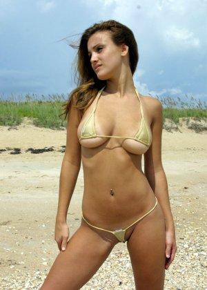 Красотка на пляже в супер мини бикини - фото 1