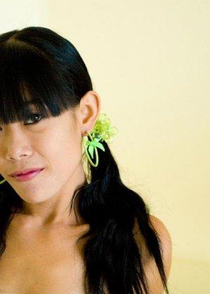 Красивая и худая женщина азиатка - фото 6