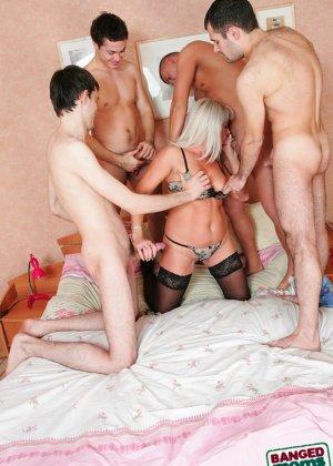 Групповой секс с красивой пожилой женщиной - фото 6
